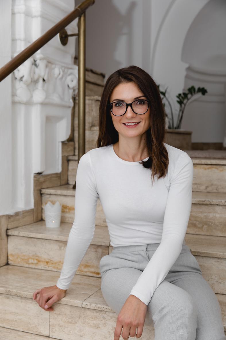 Sarah sitzt auf den Stufen